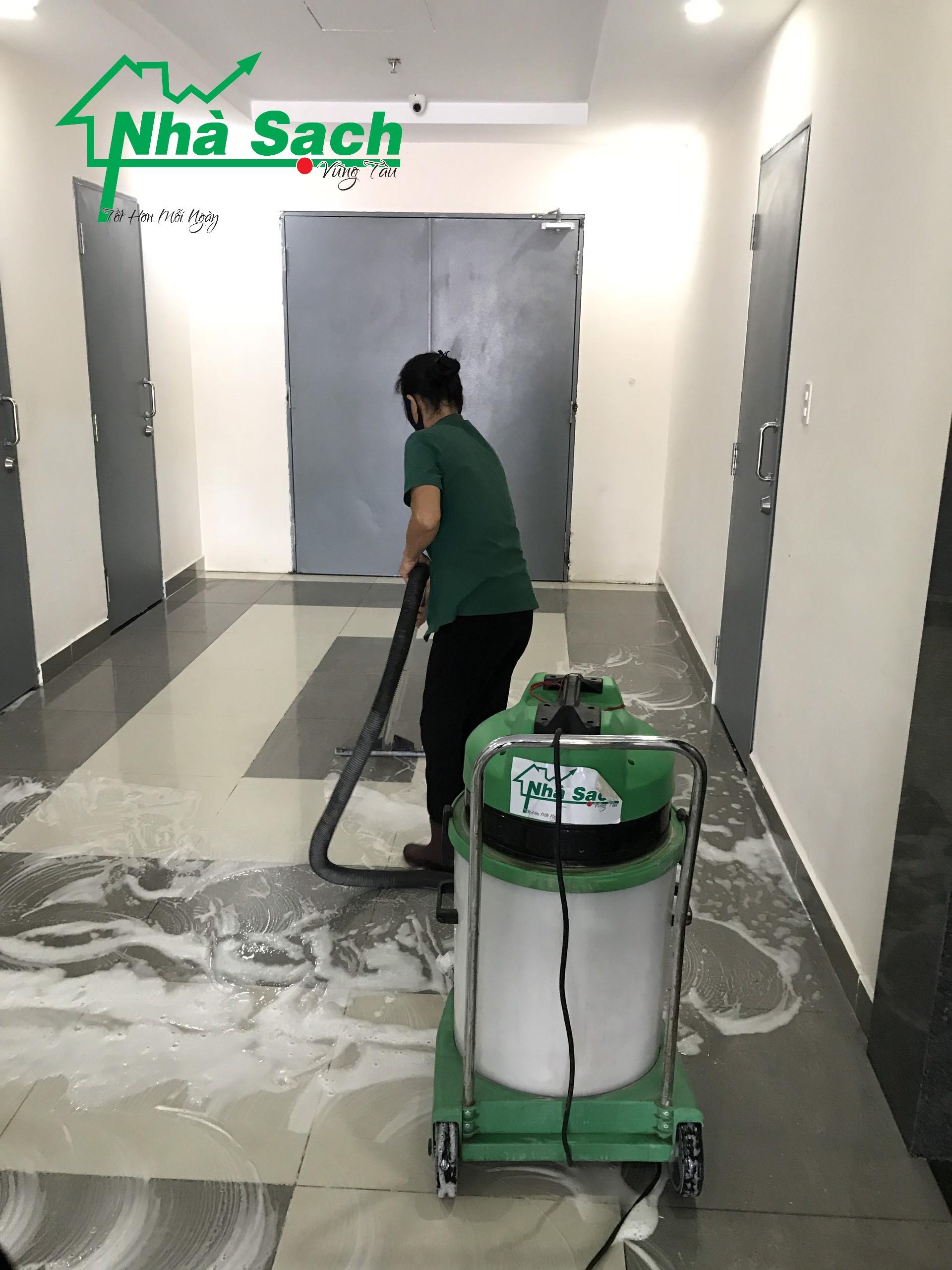 Sử dụng máy móc chuyên biệt để làm sạch toàn bộ mặt sàn. Đây là những bước thực hiện cần phải làm để vệ sinh công nghiệp sau xây dựng Tp HCM sạch sẽ và hoàn toàn đến 85%