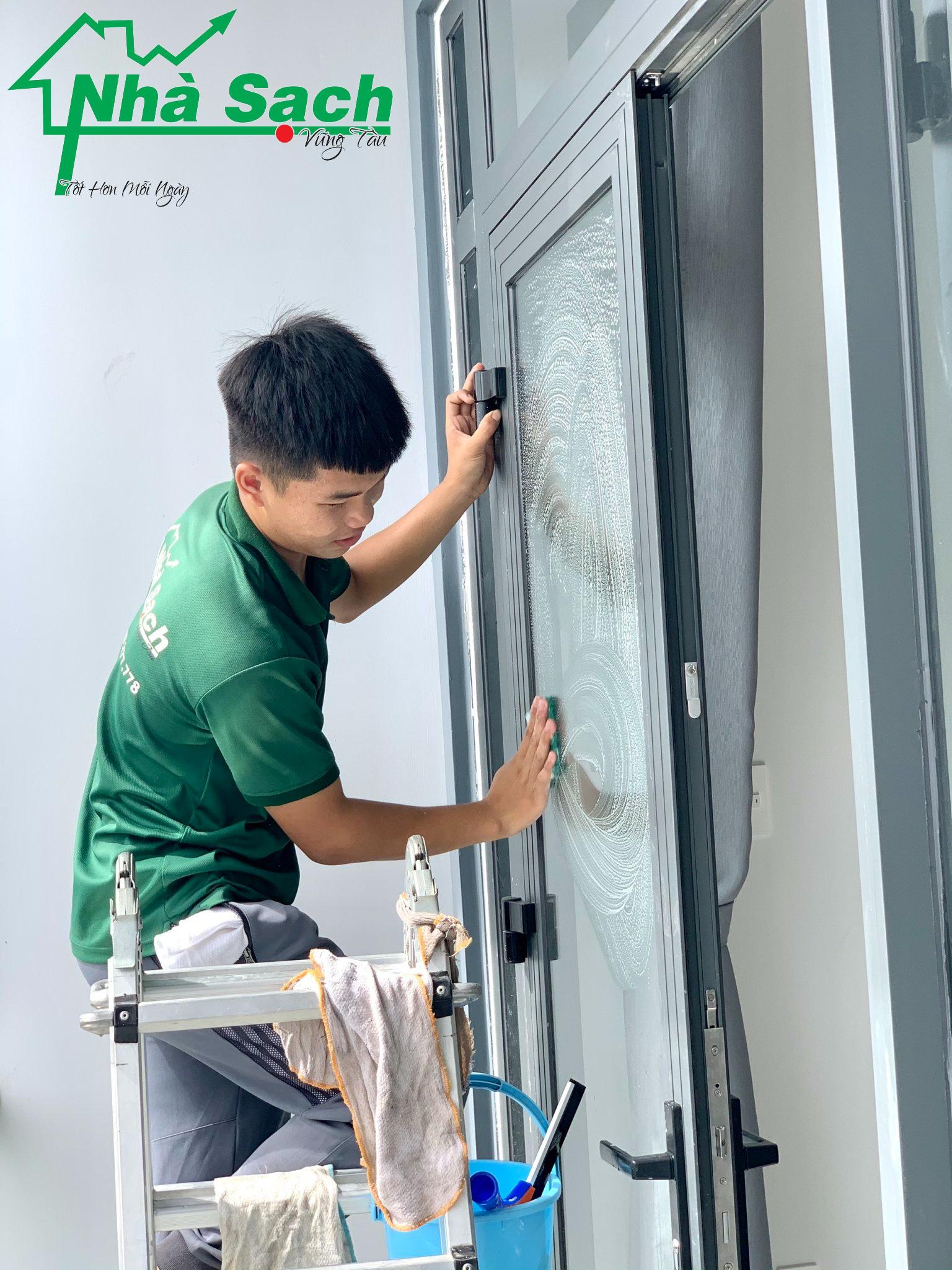 Đội ngũ nhân viên làm việc chuyên nghiệp. Sử dụng dụng cụ và chất tẩy riêng để làm sạch mà không ảnh hưởng chất lượng vật dụng, đồ dùng bên trong nhà!
